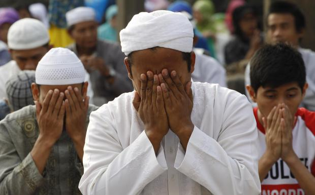 Indonesian Muslims offer Eid al-Fitr prayers