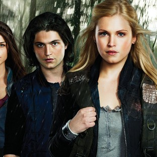 Thomas McDonell and Eliza Taylor (centre) star in new drama The 100
